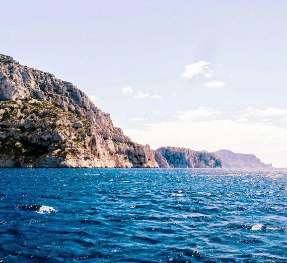 Les calanques de Marseille, vue de la mer