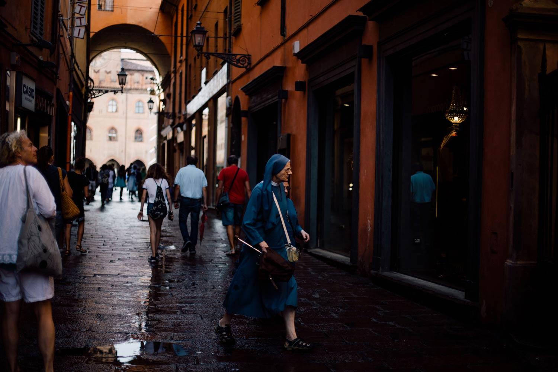 marcher dans les rues de Bologne