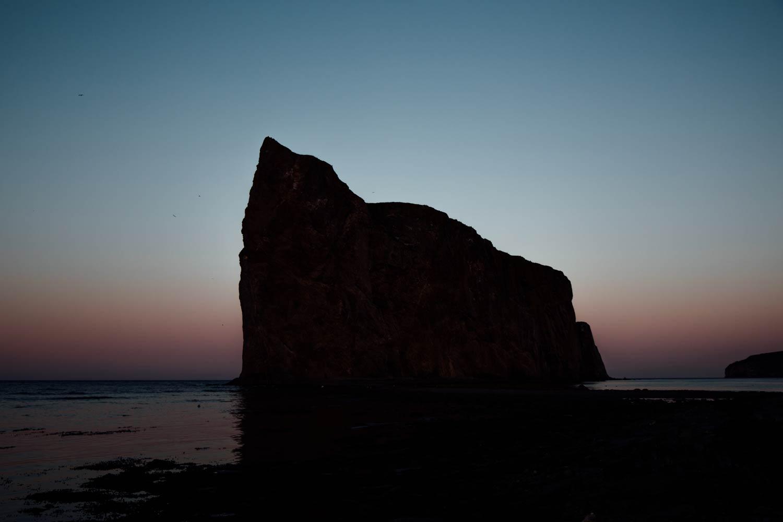 ombre chinoise sur le rocher percé