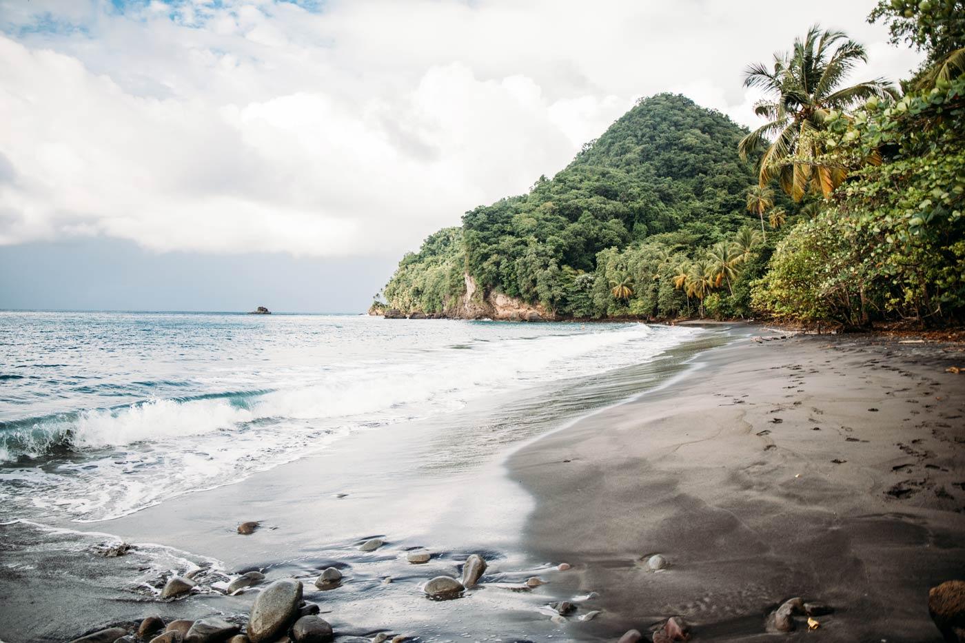 anse céron, plage de sable noir caraïbes