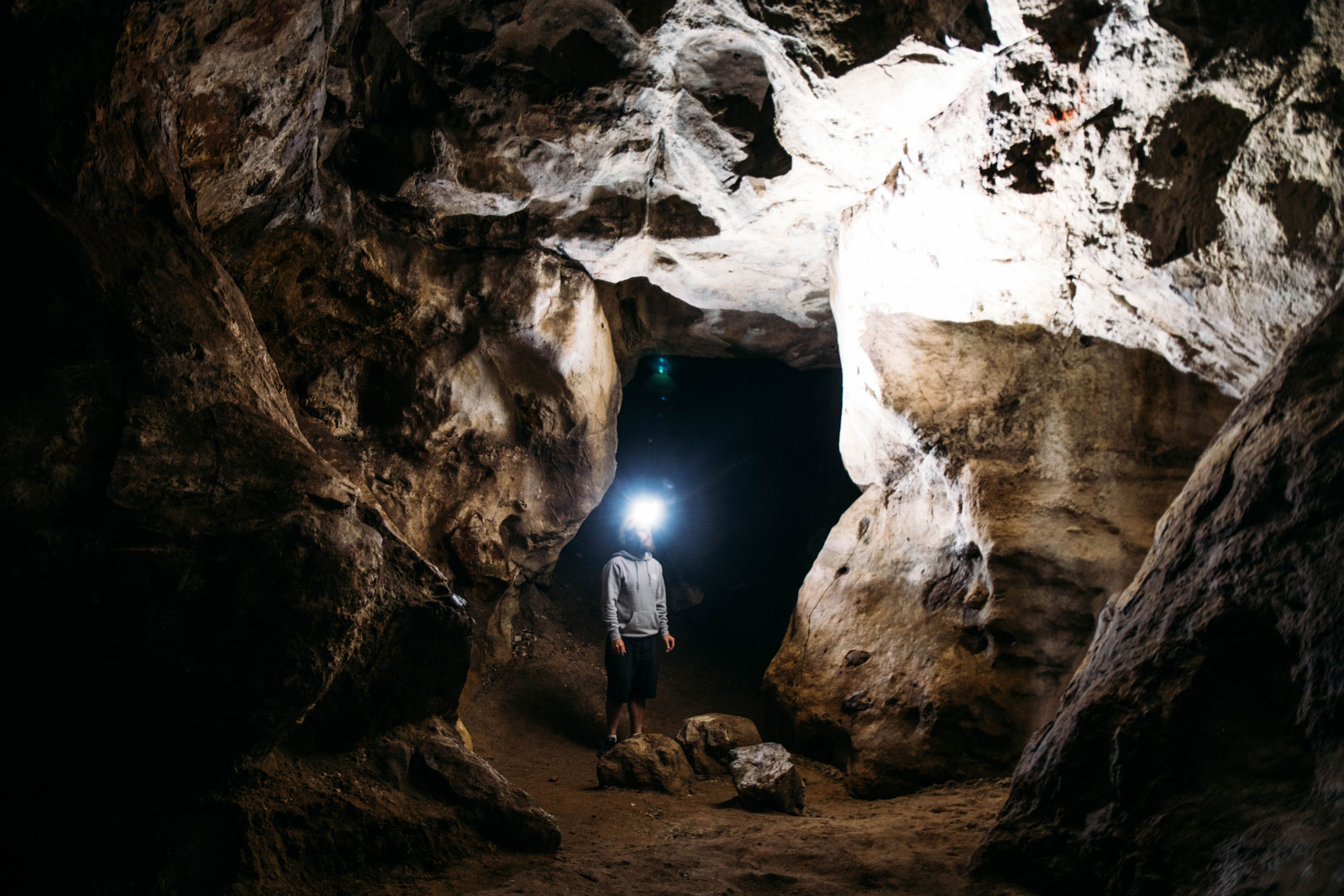 visiter l'intérieur caverne naturelle