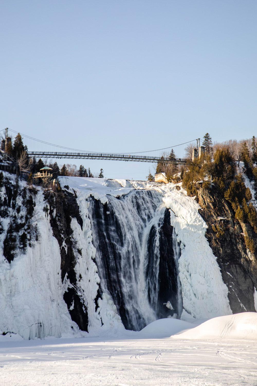 les-chutes-montmorency-en-hiver