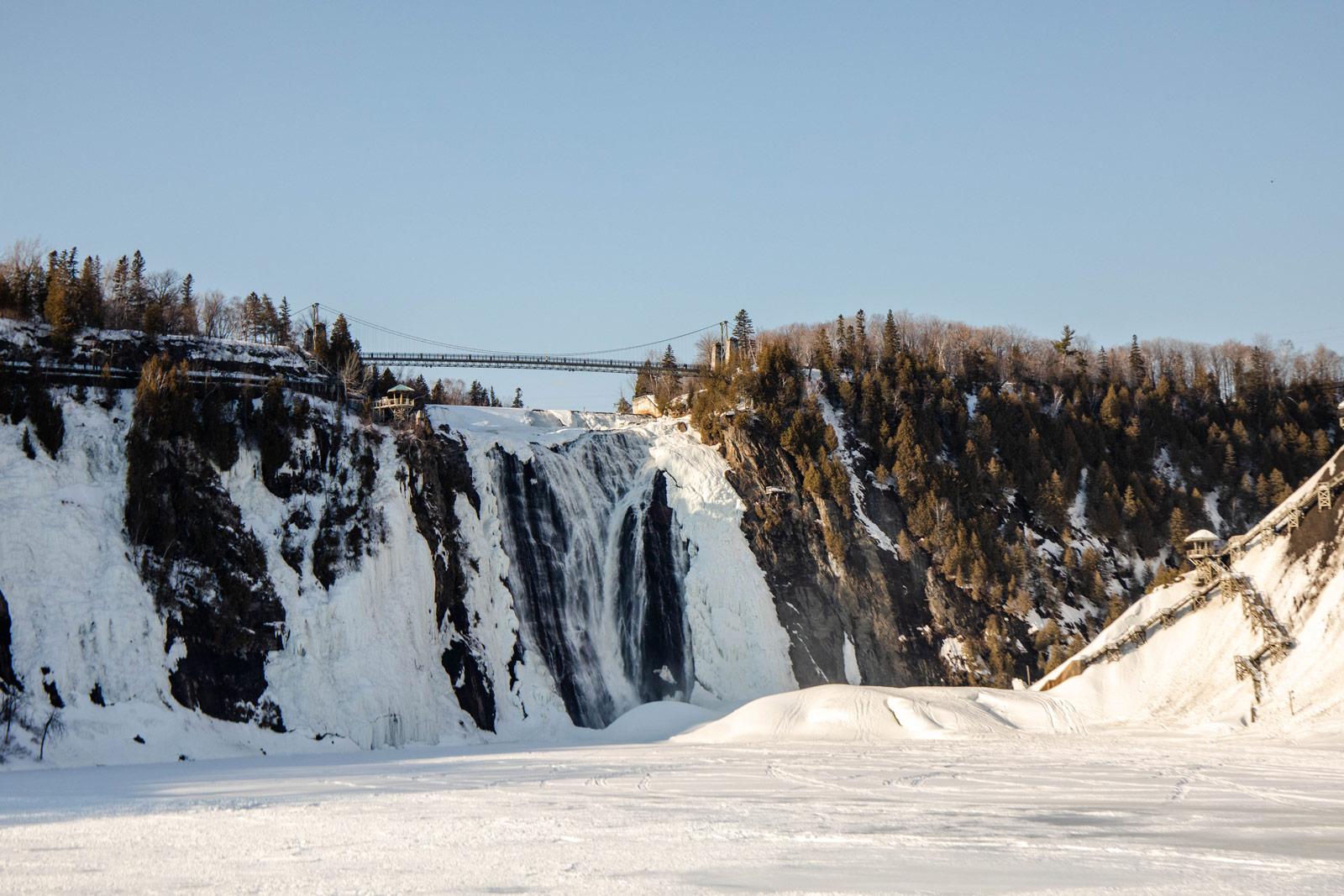voir-la-chute-montmorency-quebec-en-hiver