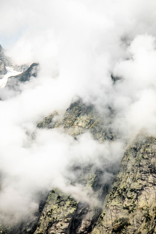 grandes jorasses dans la brume photo montagne